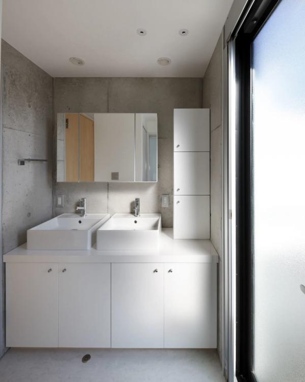 白×シルバーのシンプルモダンなデュアル洗面台
