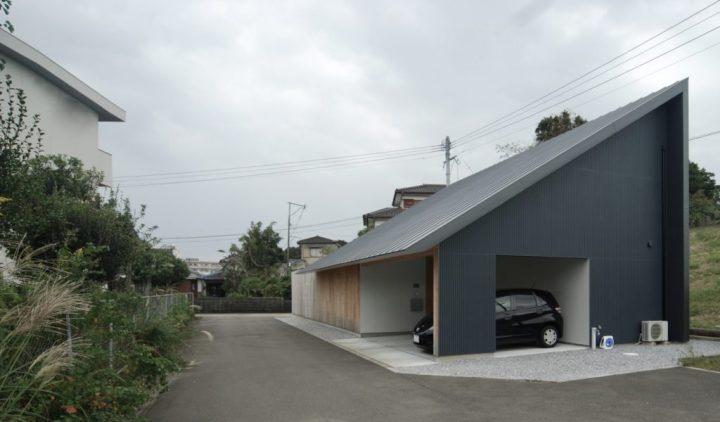 黒の三角屋根が特徴の和モダンな外観住居