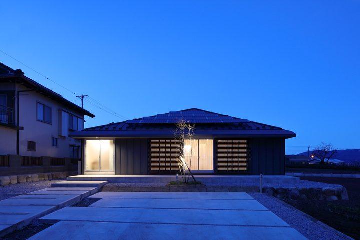 回遊性を持たせた方形屋根の和モダンな外観住居