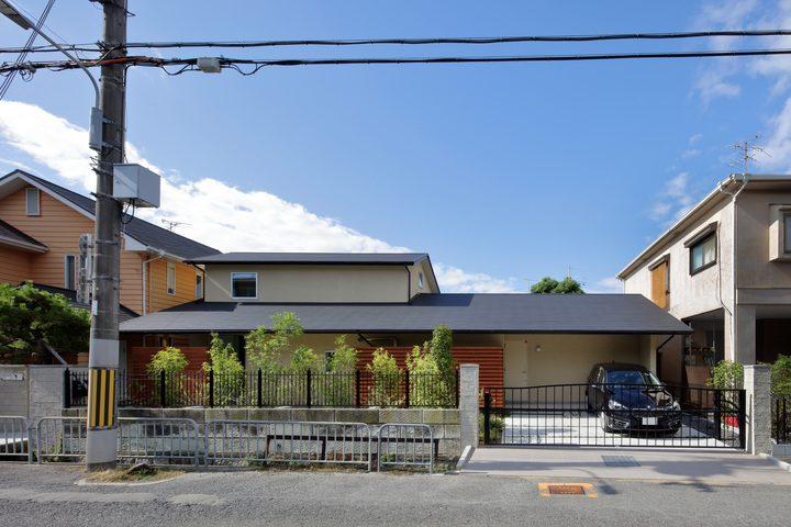 黒い屋根が目を引く和モダンな外観住居