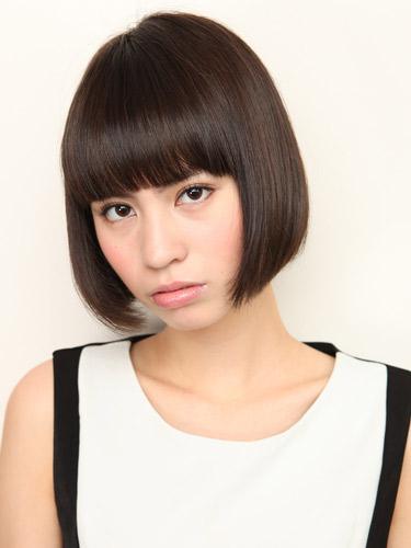 韓国トレンドの毛先重めの黒髪ボブ
