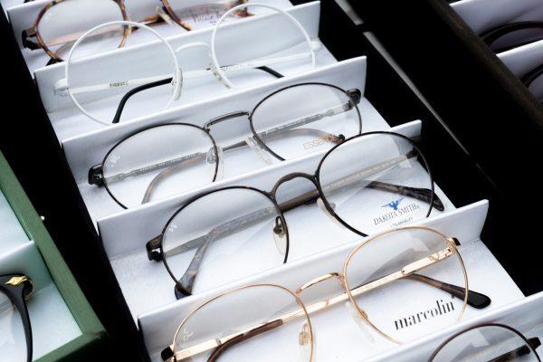 メガネの隠す収納アイデア