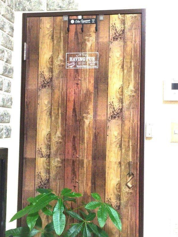 壁紙シートで扉をおしゃれにリメイク