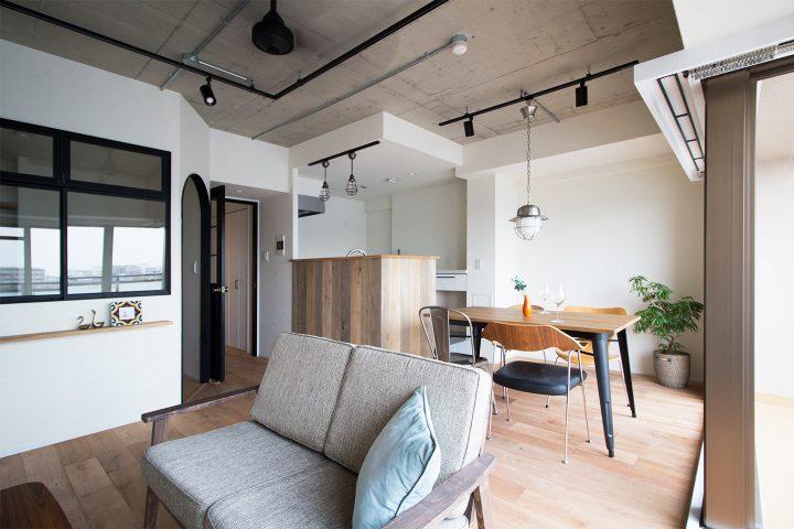 天井がコンクリート調のインテリア