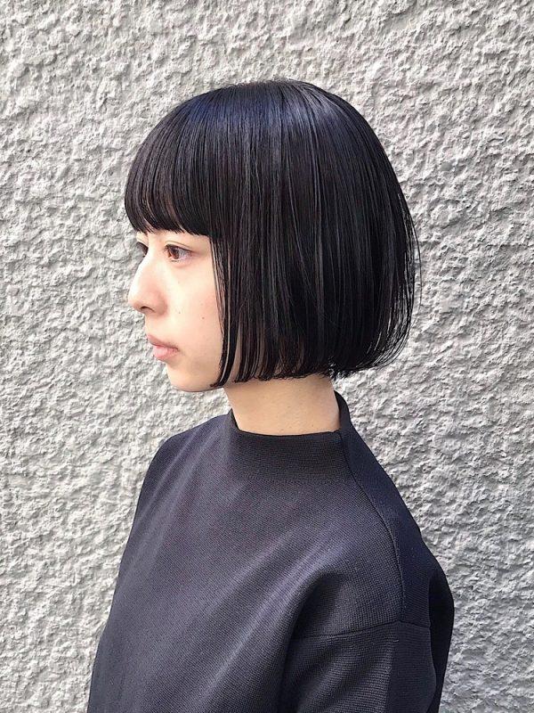 まとまりやすい形の前髪ぱっつん黒髪ボブ