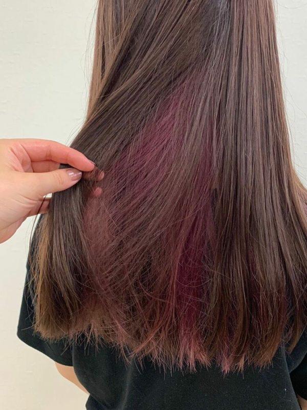 ピンクのインナーカラー×ブラウン系ロング