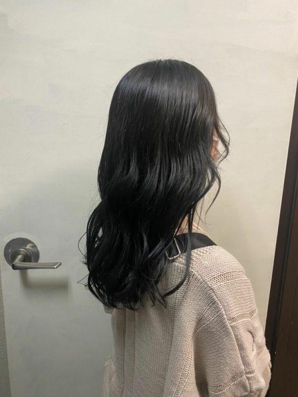 黒髪ベースの透明感溢れるグラデーションカラー