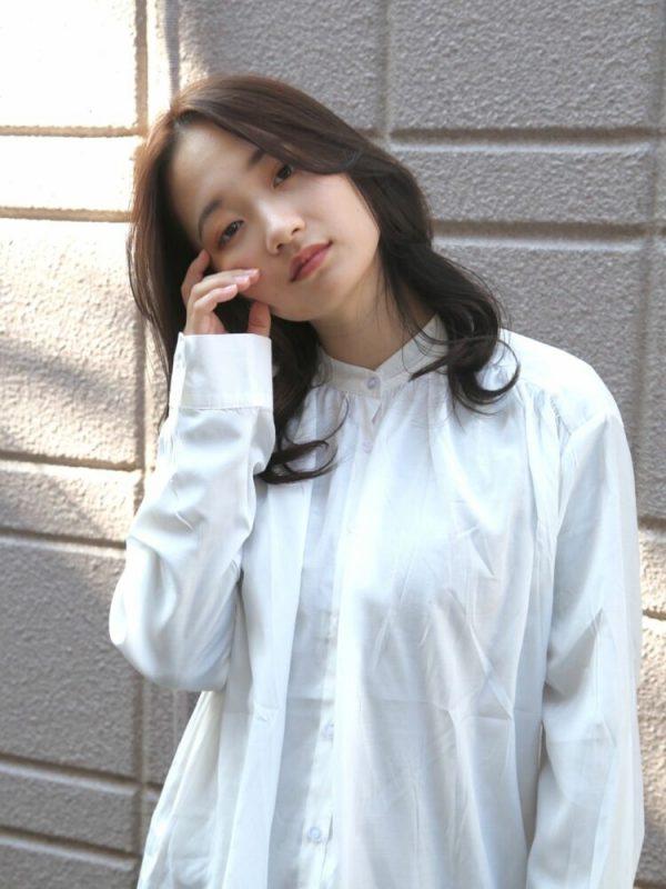 韓国風巻き髪の30代向けセミロングヘア
