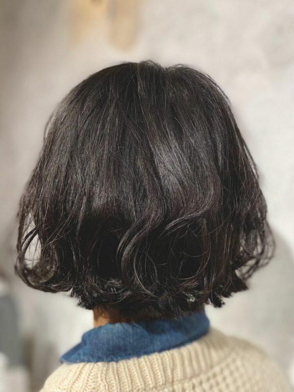 黒髪ベースのポイントになるグラデーションカラー