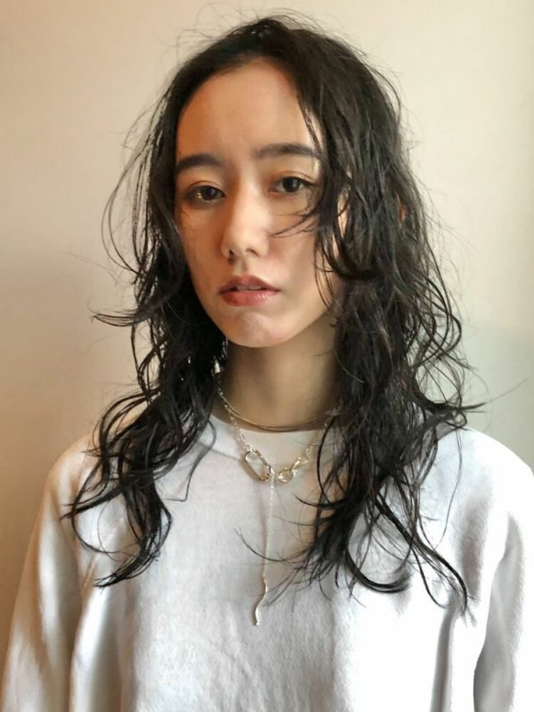 人気のおしゃれな黒髪セミロング15