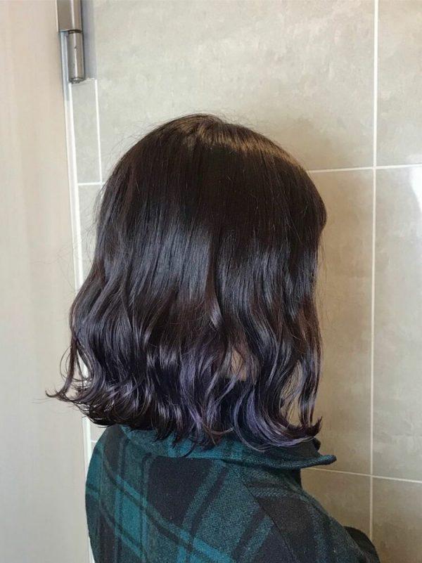 黒髪ベースに馴染む暗め紫グラデーションカラー