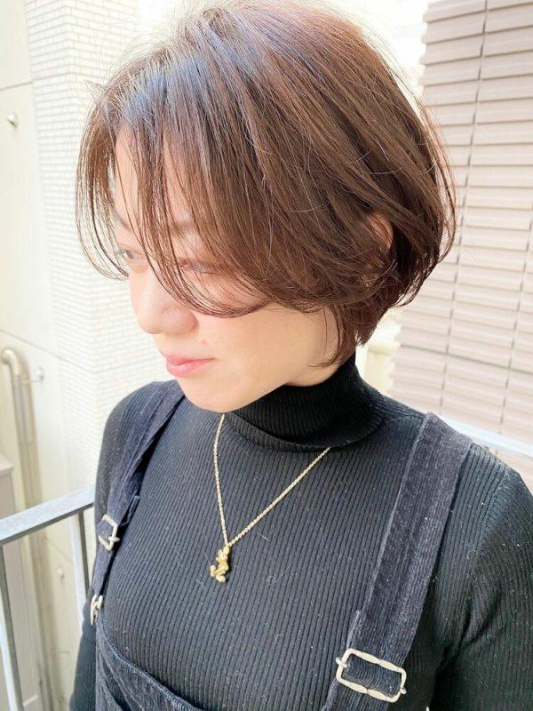 前髪長めの女性らしいショートボブ