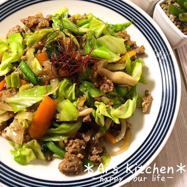 豚ひき肉、糸唐辛子、しめじ、キャベツ、人参、玉ねぎ、小松菜。