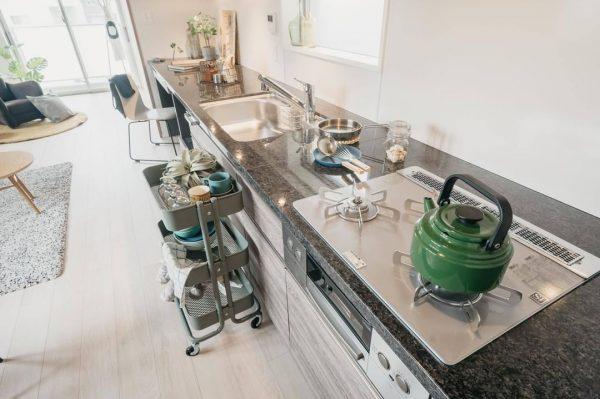 同じような色合いにする素敵なキッチン