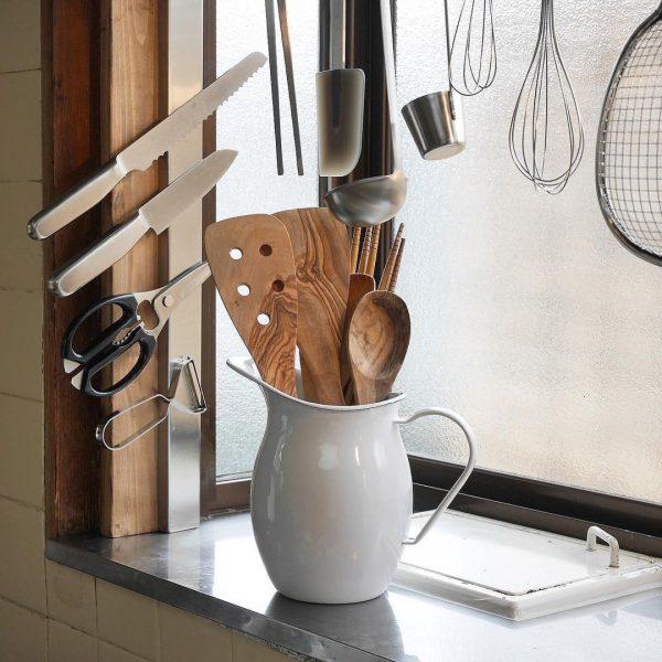 包丁とキッチンツールを見せる調理器具収納
