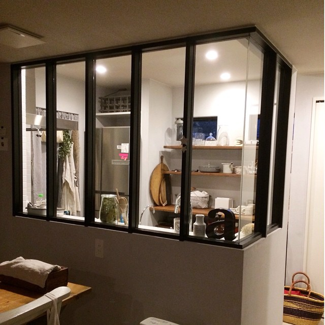 室内窓のあるキッチンインテリア
