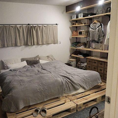 パレットベッドのおしゃれな寝室