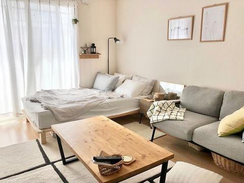 8畳にベッドとソファを同じ壁に寄せる配置
