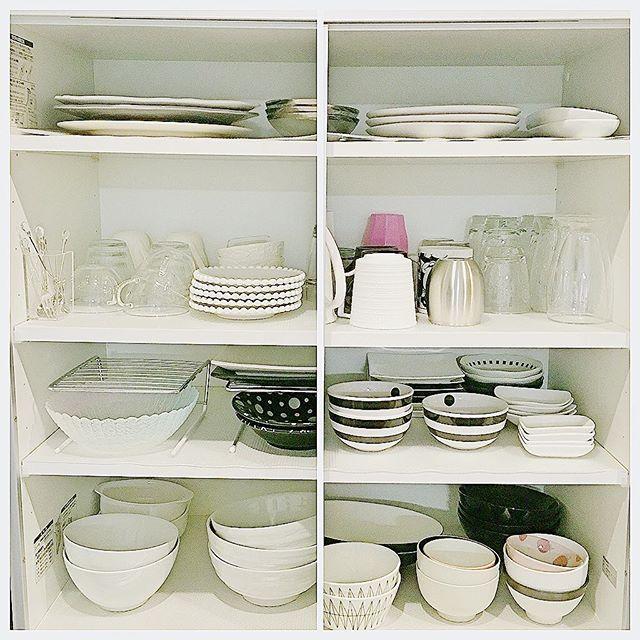 食器棚の最上段に大皿を収納