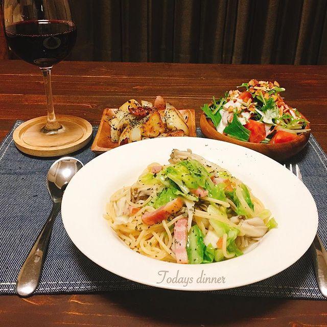 キャベツ、ベーコン、きのこ、しめじ、パスタ、スパゲティ、ワイン、サラダ。