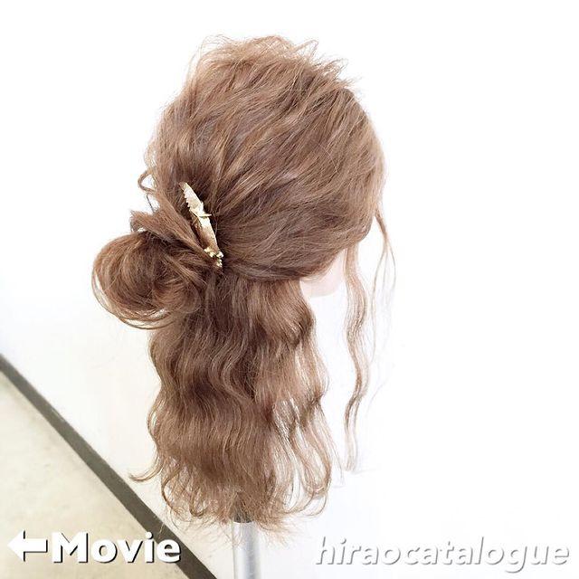 巻き髪で華やかな低めハーフアップお団子