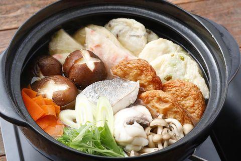 鍋、魚、切り身、白菜、しめじ、しいたけ、にんじん、ネギ、練り物。