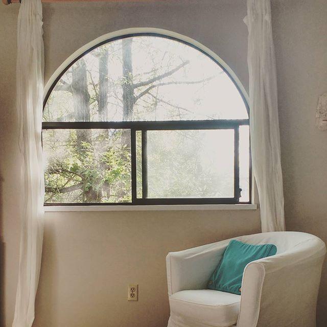 丸い窓がおしゃれな寝室