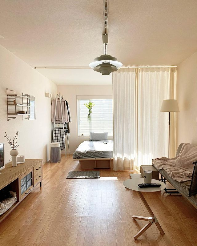 ワンルームをカーテンで仕切って家具を配置
