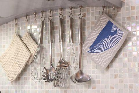 毎日使うキッチンツールは吊るし収納に