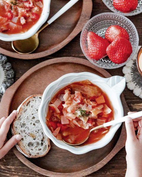 トマトスープ、ベーコン、キャベツ、パセリ、パプリカ、人参、バゲット、イチゴ。