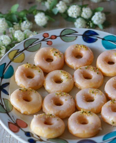レモン、ドーナッツ、焼き菓子。
