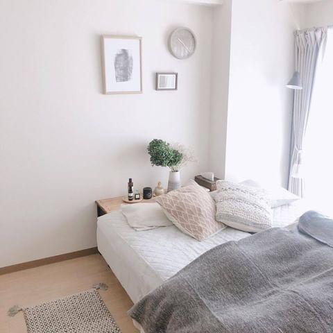 棚をベッド上に配置するかわいいレイアウト