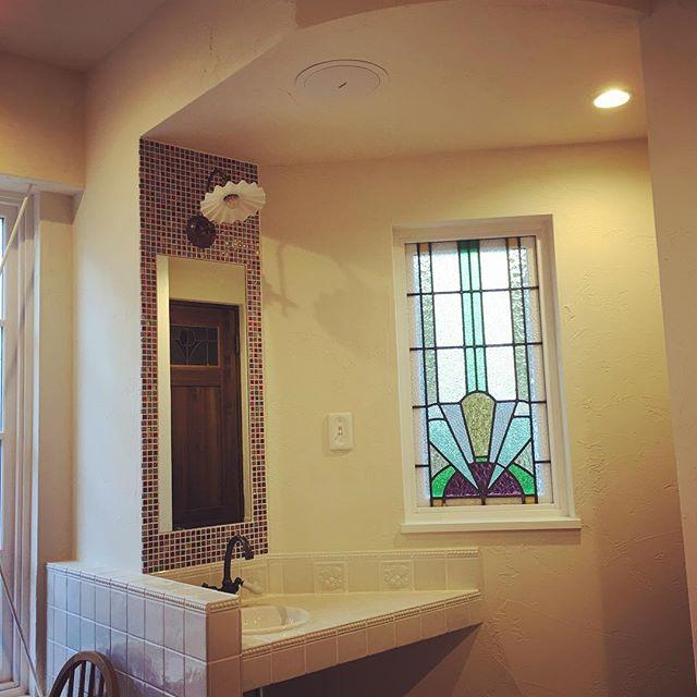 ステンドグラスが素敵な洗面所
