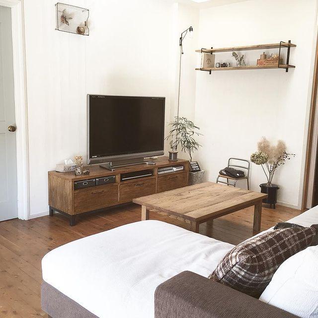 DIY家具が置かれたセンスの良いリビングの部屋