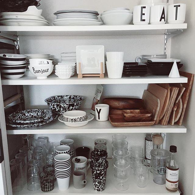 木製の大皿を食器棚の端に立て掛けて収納