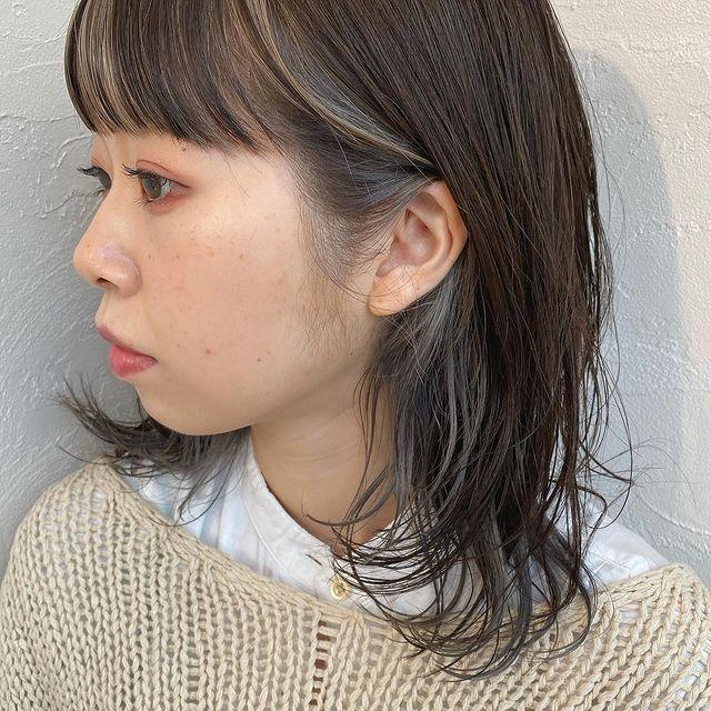 グレー系で透け感のあるぱっつん前髪インナーカラー
