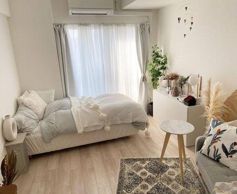 8畳のお部屋にソファを斜めに配置