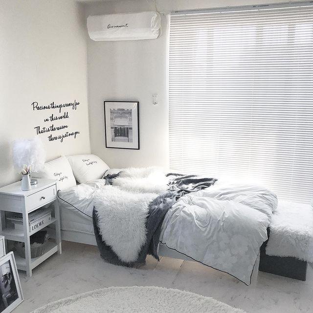 視線の抜けがあるベッドサイドテーブル