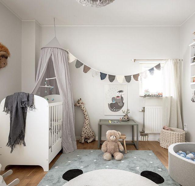 白×スモーキーカラーでまとめた乳幼児のお部屋
