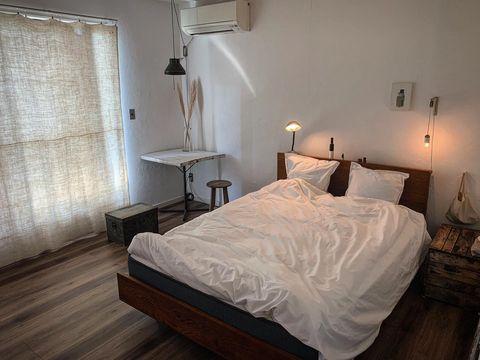 眠りに集中できるシンプルベッドルーム