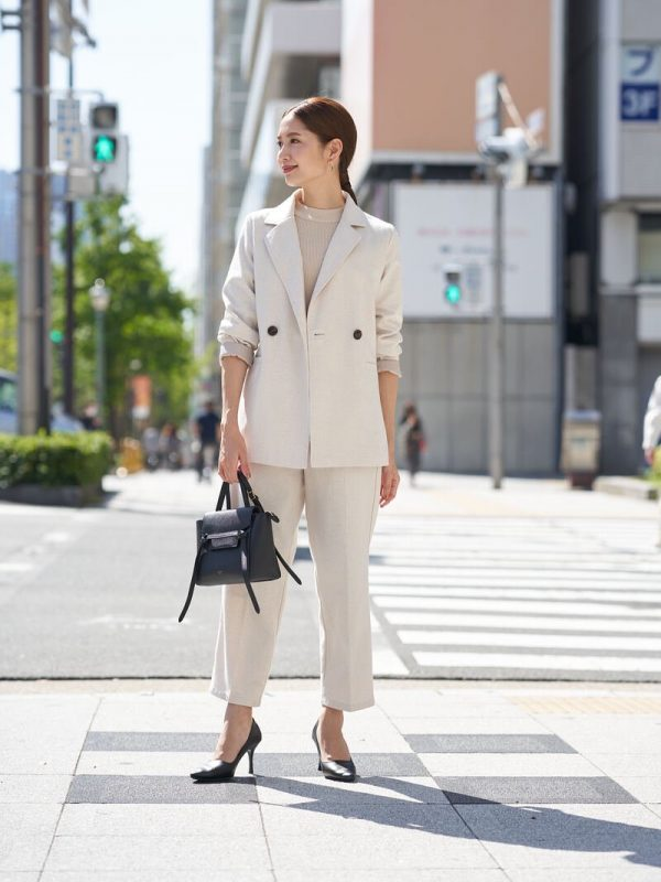 テーラードジャケット×白パンツコーデ