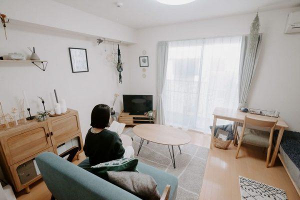8畳のお部屋にベッドとソファをL字配置
