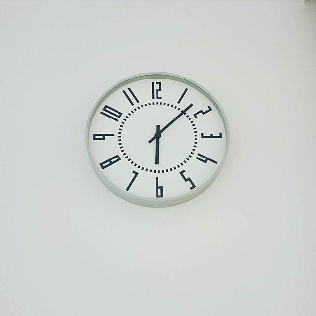 文字盤がレトロな壁掛け時計