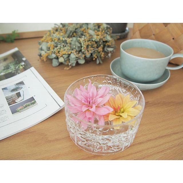 テーブルに花を添える