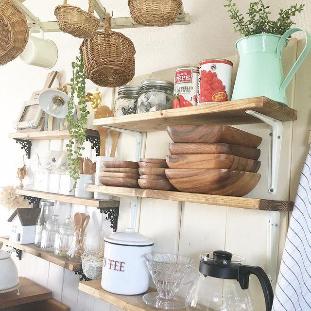 木製のお皿を棚に飾る食器収納
