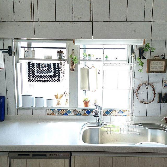 カラフルなタイルで彩ったキッチン