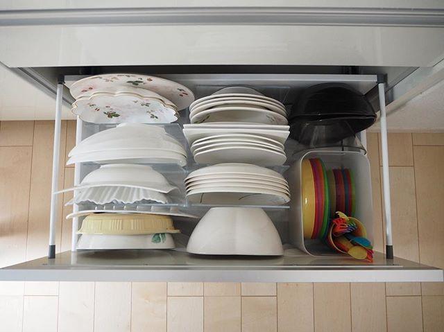 無印の仕切りスタンドに大皿を立てる収納