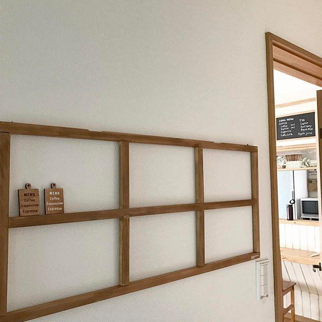窓枠を壁面デコレーションに使う