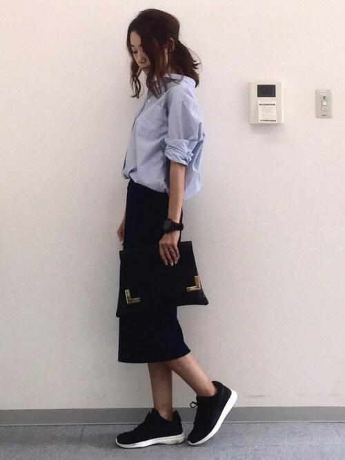 水色シャツ×黒スカートの女性向けコーデ