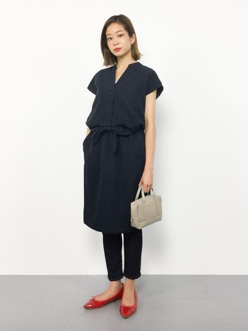 紺ワンピース×スキニーパンツの40代夏コーデ
